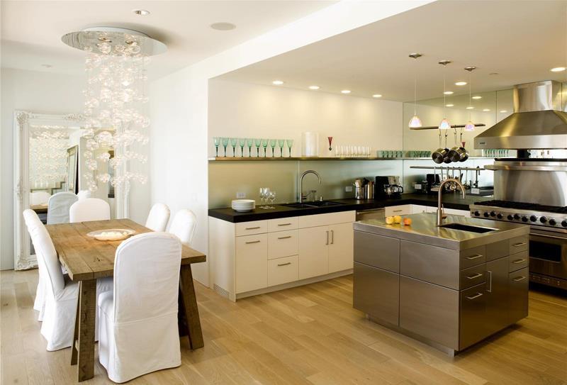 Elemen kayu menjadi pilihan di samping padanan kabinet dapur putih yang moden