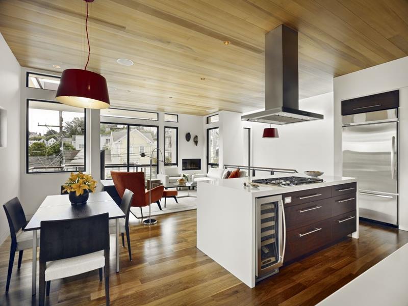 Freestanding kitchen island menjadi pembahagi ruang untuk mengelakkan ruang nampak kosong