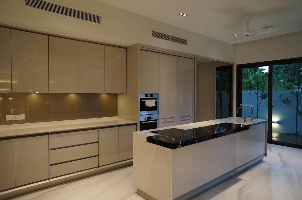 View In Gallery Hiasan Dalaman Dapur Kontemporari Dengan Kabinet Berkonsep Moden