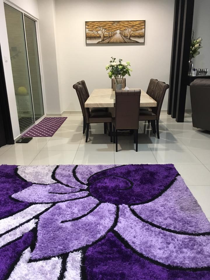 Hiasan dalaman ruang makan dengan karpet ungu yang menarik