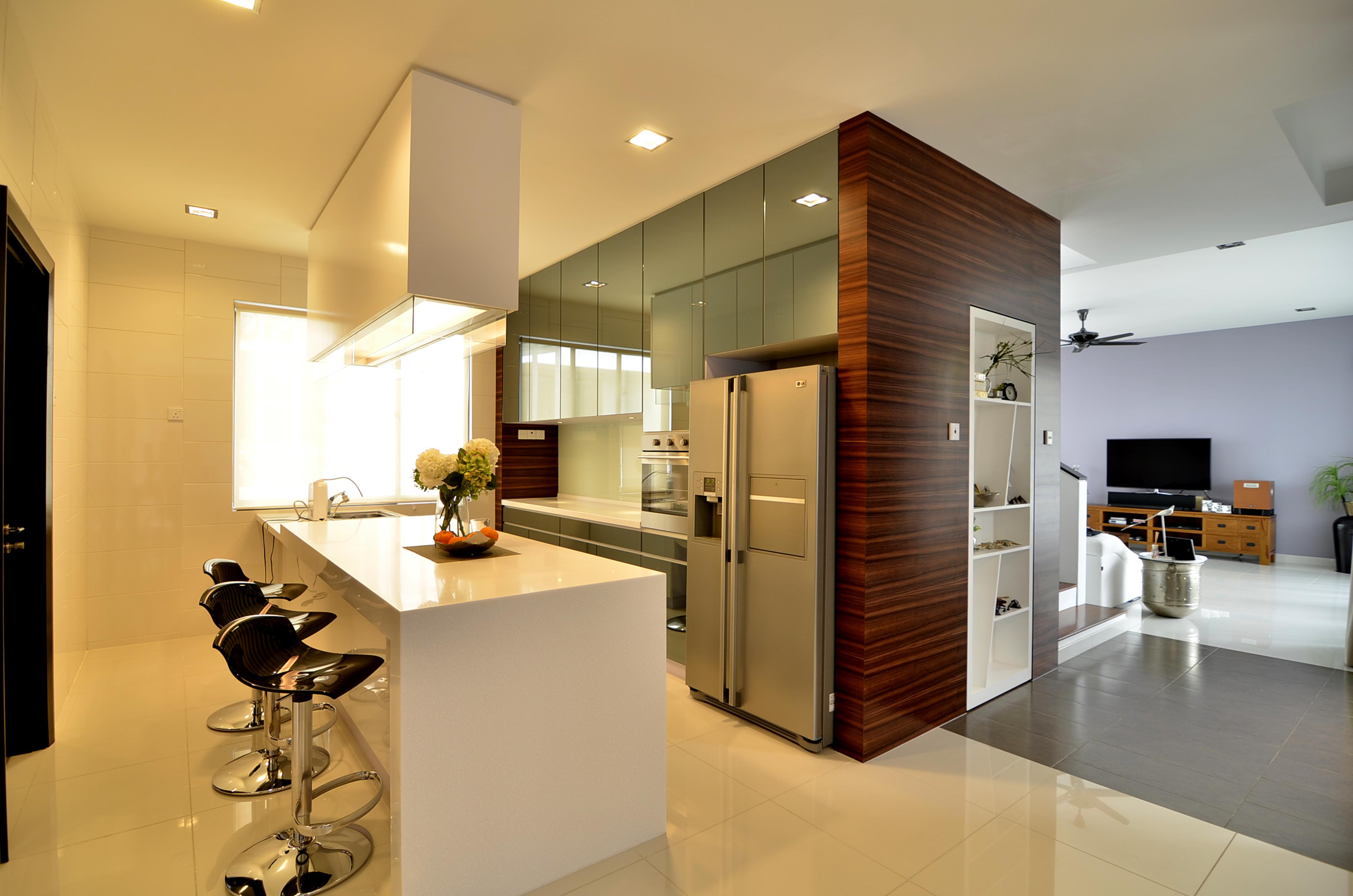 Kabinet dapur dengan storage serta mini bar berwarna putih