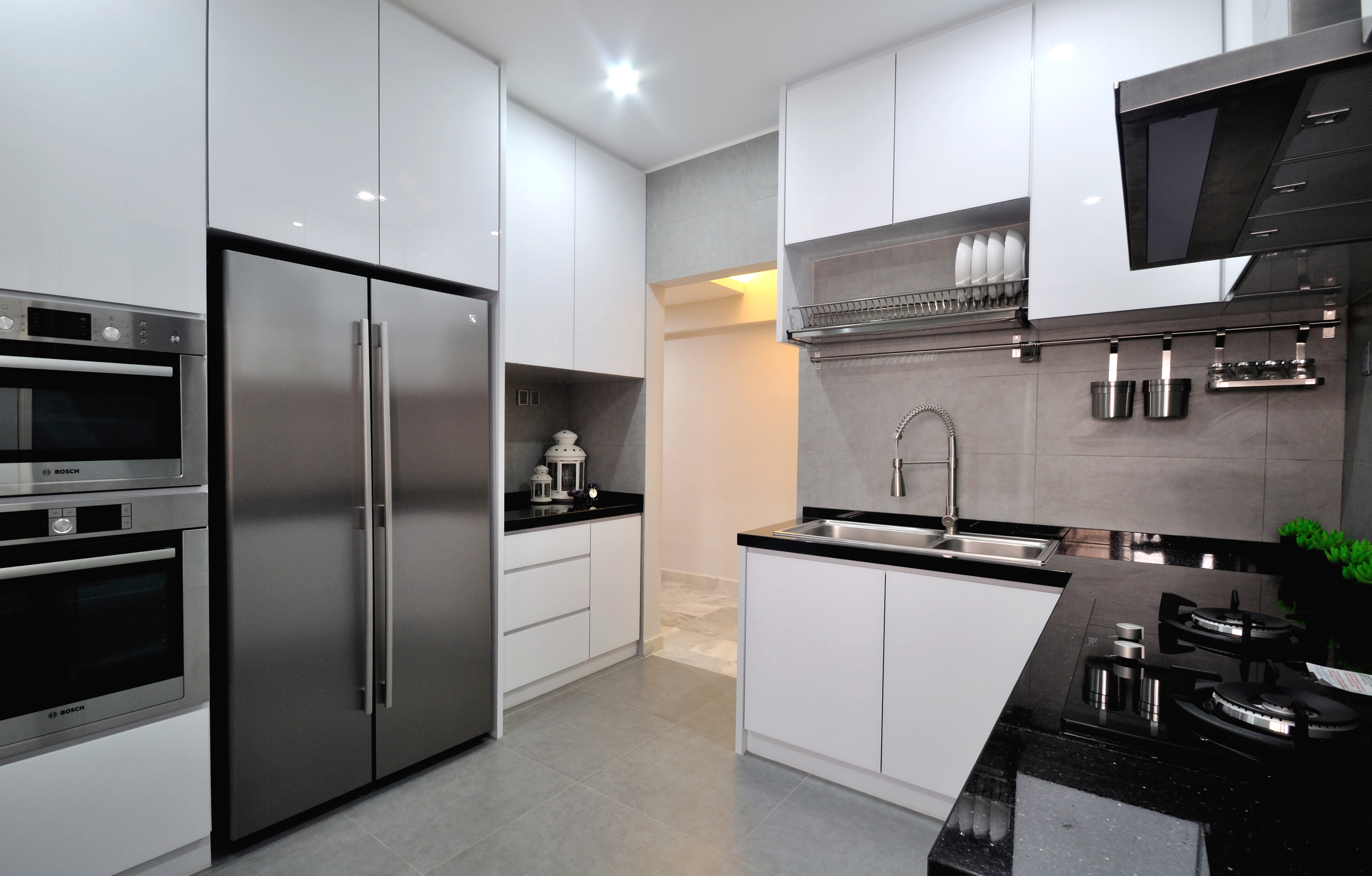 View In Gallery Kabinet Dapur Moden Dengan Tema Hitam Dan Putih