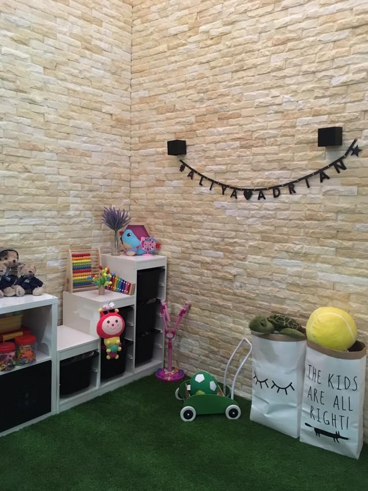 View In Gallery Karpet Hijau Menjadikan Ruang Lebih Menarik Dengan Mainan Yang Tersusun