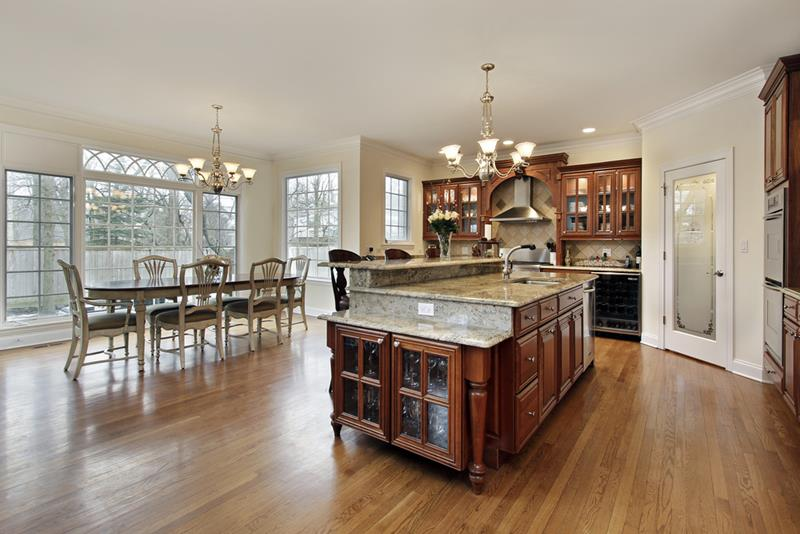 Konsep elegant menjadi pilihan dalam hiasan dalaman ruang tamu dan dapur terbuka ini