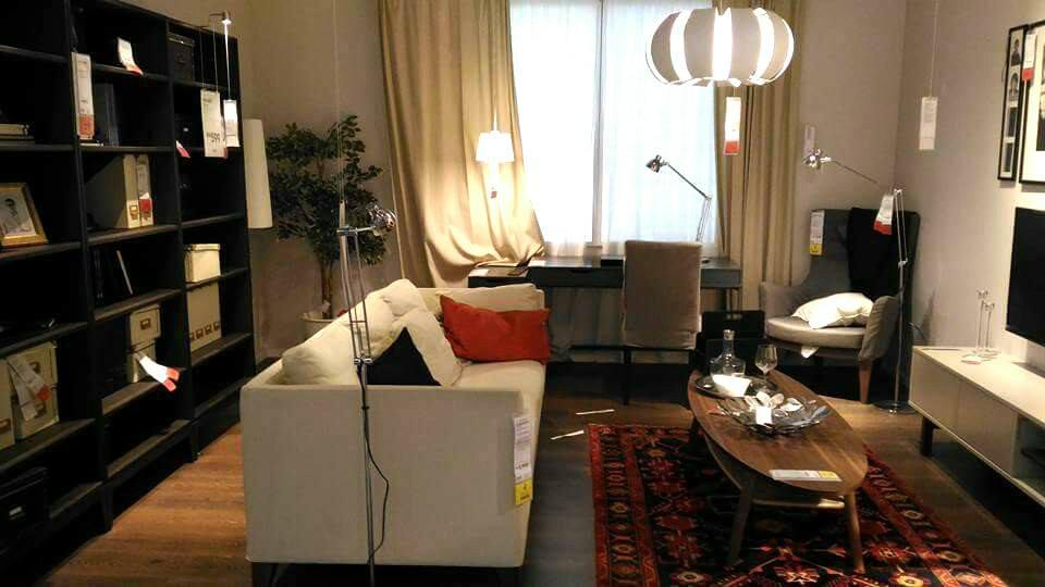 Konsep ruang tamu moden dengan sofa putih dan kabinet kayu