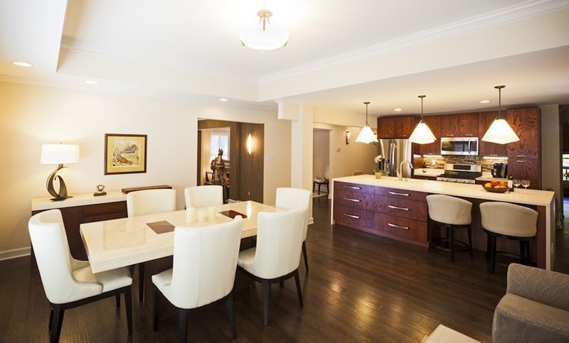 Meja putih besar menjadi focal point ruang dapur moden ini yang berkonsep terbuka