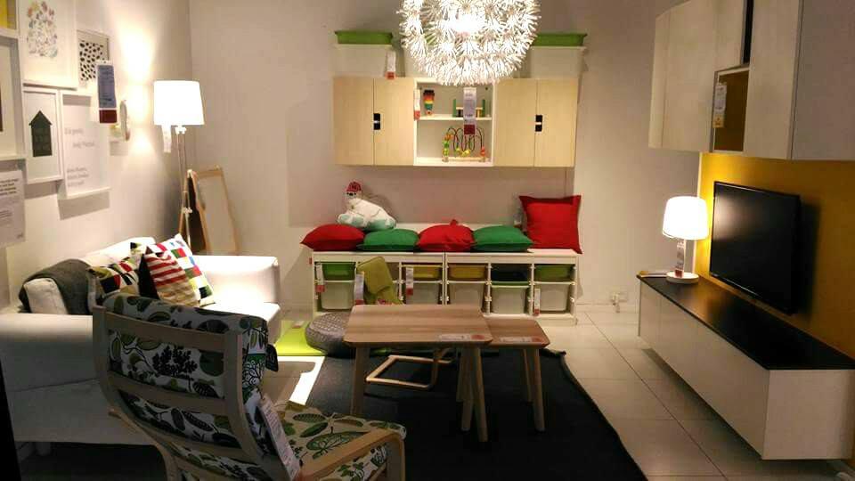 Menggunakan lampu chandelier membuatkan ruang tamu lebih elegan