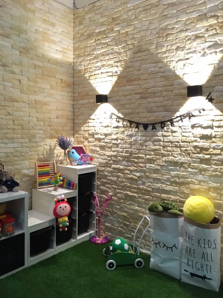 View In Gallery Penggunaan Lampu Dinding Menjadikan Dekorasi Lebih Menarik