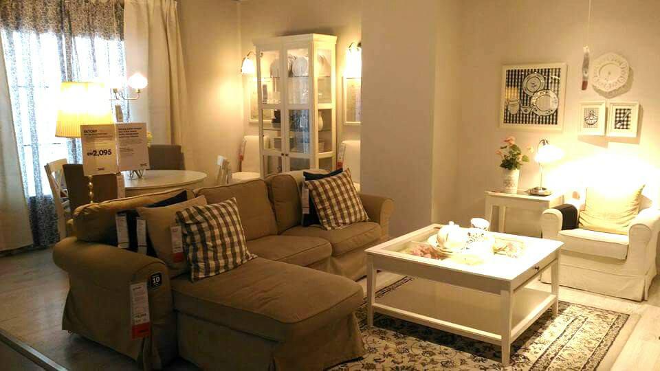 Penggunaan lampu kuning mewujudkan rasa wow pada dekorasi ruang tamu ini