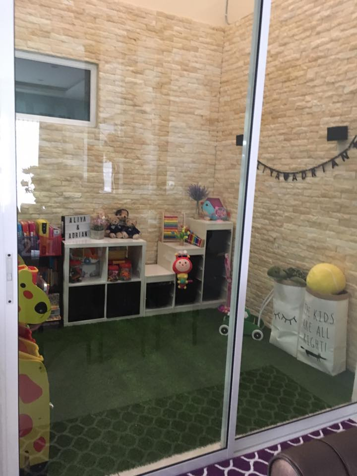 Pintu sliding kaca memudahkan untuk memantau anak dari luar