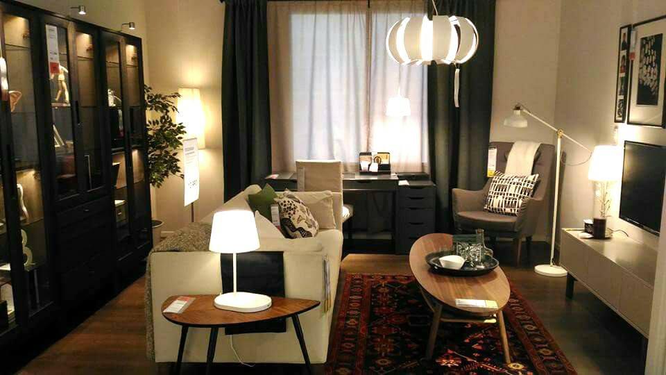 Ruang tamu kecil nampak lebih tersusun dengan meja kopi berbentuk oval
