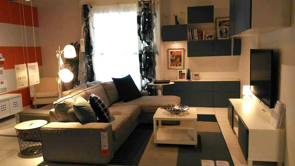 Set sofa dengan slipper couche serta kabinet tv putih menjadi pilihan