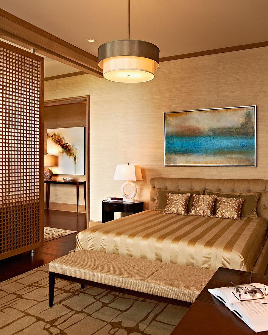 Skrin berasaskan kayu berlubang menjadi divider antara bilik dan ruangan santai