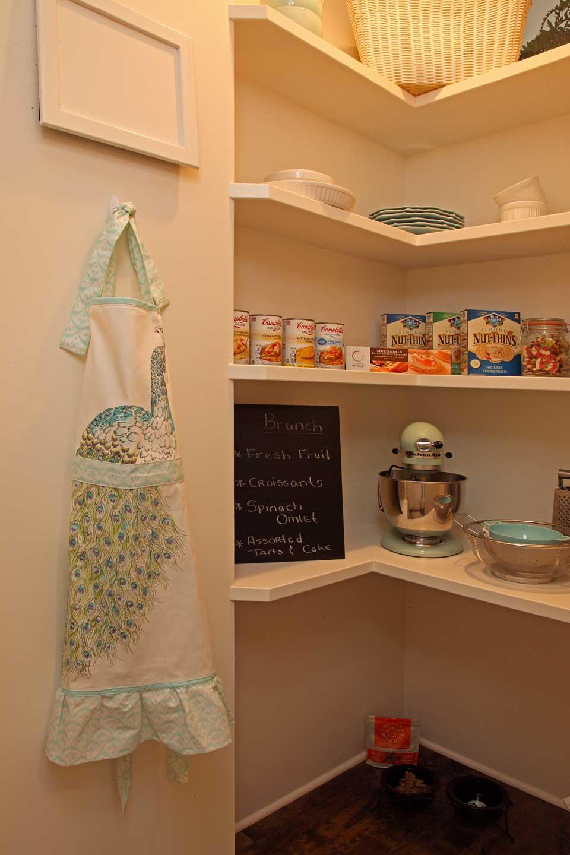 Susun atur dapur yang cantik dengan menggunakan setiap ruang seperti rak apron