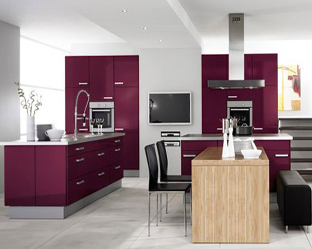 dapur minimalis modern gaya terkini dengan meja makan kecil kayu dan kabinet dapur ungu