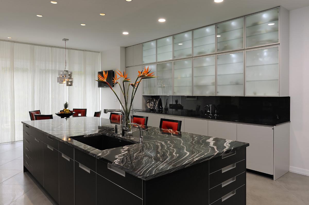 interior dapur ini sangat menarik dengan frestanding kitchen island gelap dengan finishing yang menarik