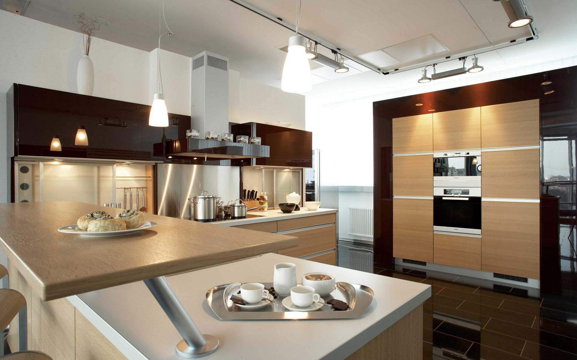 kabinet dapur moden dengan unsur kayu menjadikan ruang dapur lebih menyerlah