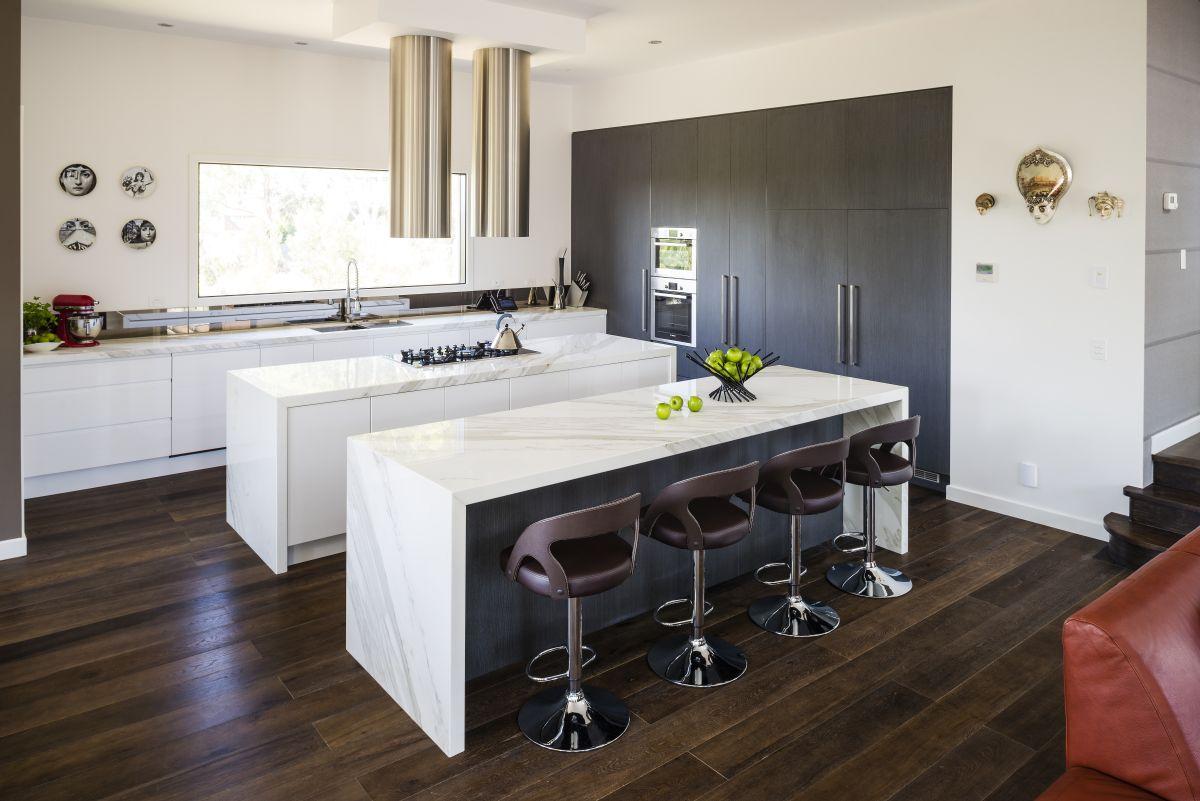 model dapur idaman dengan tema putih dan lantai kayu