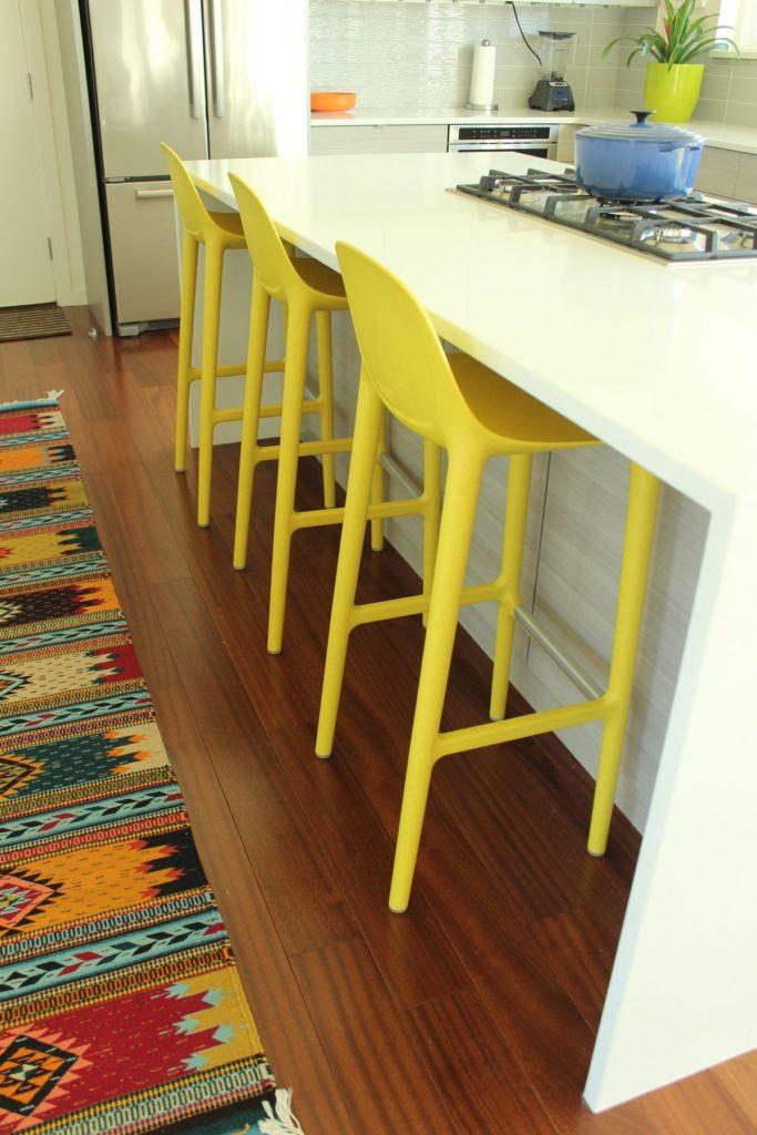 View In Gallery Countertop Warna Putih Dengan Kerusi Kuning Hiasan Dapur