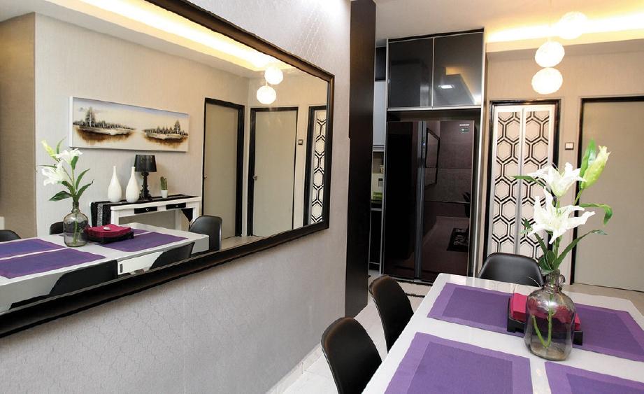 View In Gallery Dekorasi Ruang Makan Apartment Yang Bertemakan Kelabu Ungu Dan Hitam