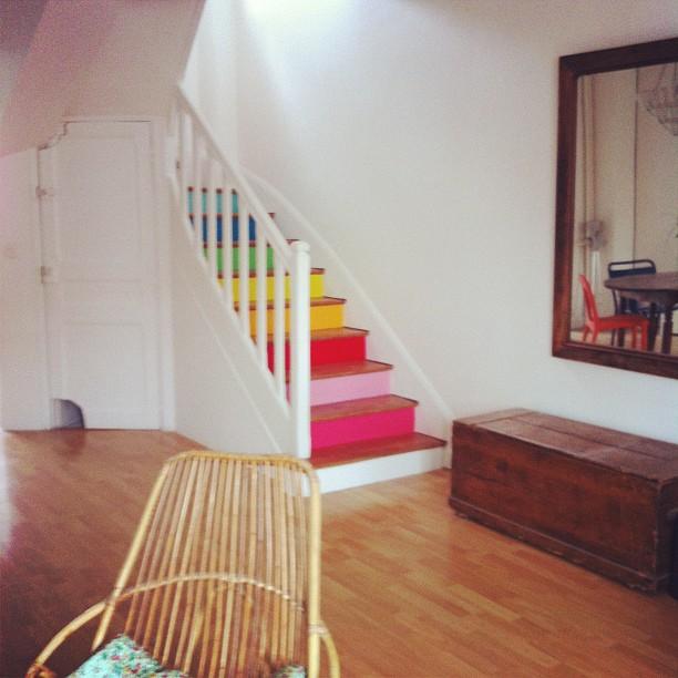Dekorasi tangga dengan cat warna pelangi