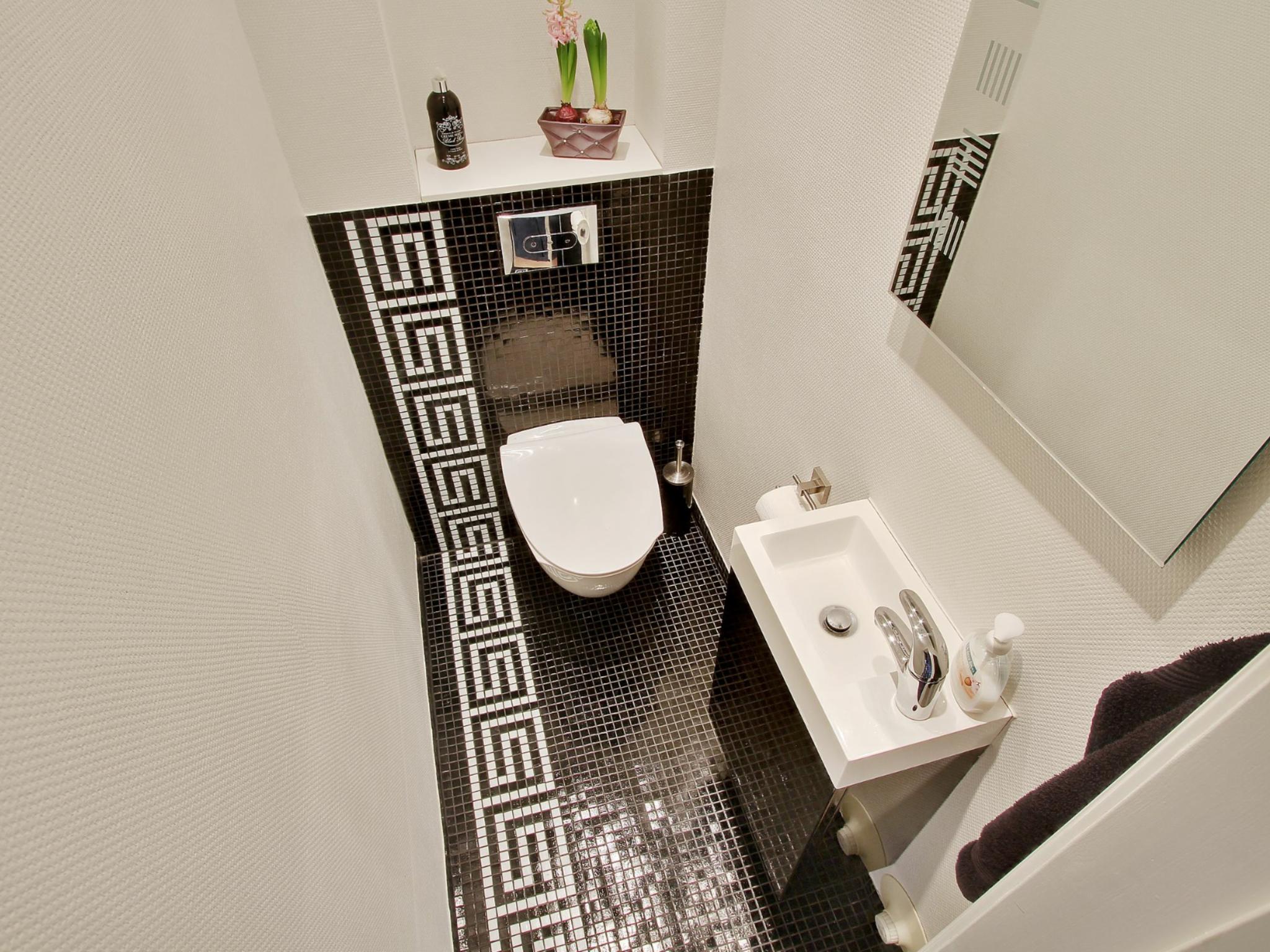 Design bilik air kecil moden dengan tema putih kontemporari