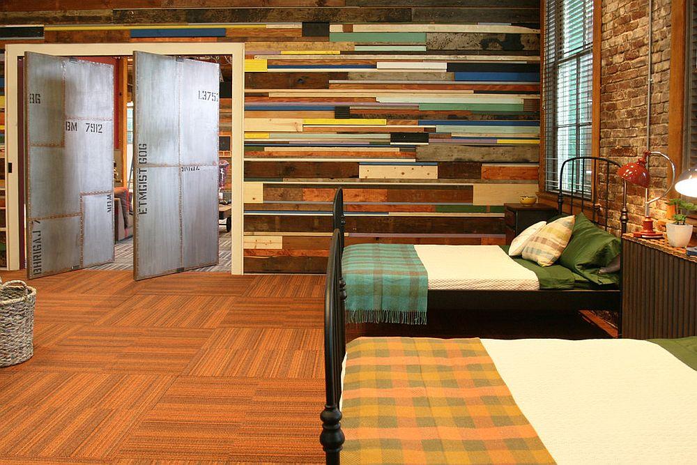 Dinding kayu ini menjadikan bilik tidur ceria