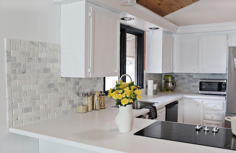 2 Diy Backsplash Menjadi Daya Penarik Utama Hiasan Dalaman Dapur Yang Berwarna Putih Ini