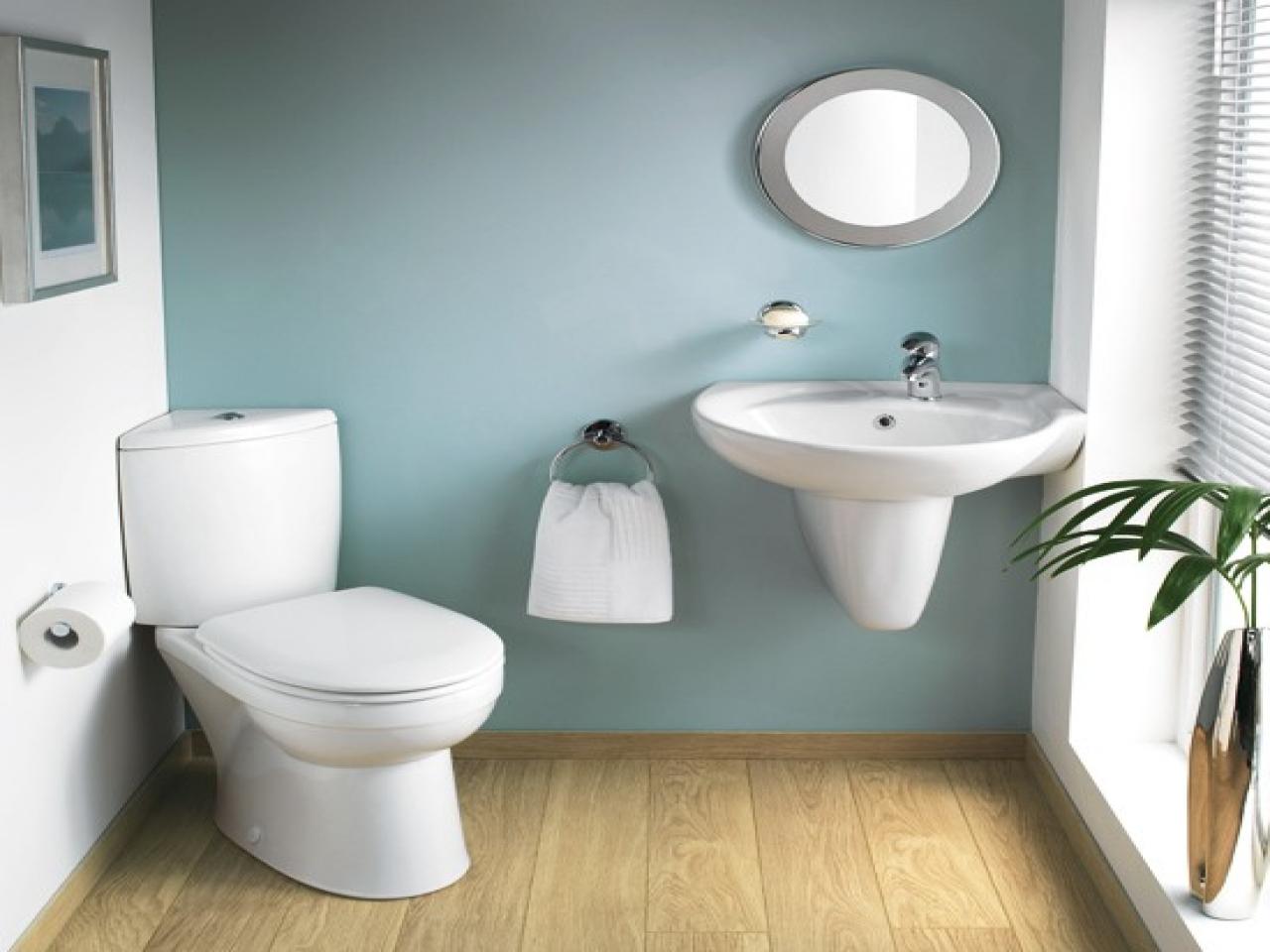 Hiasan dalaman bilik air kecil moden dengan lantai kayu