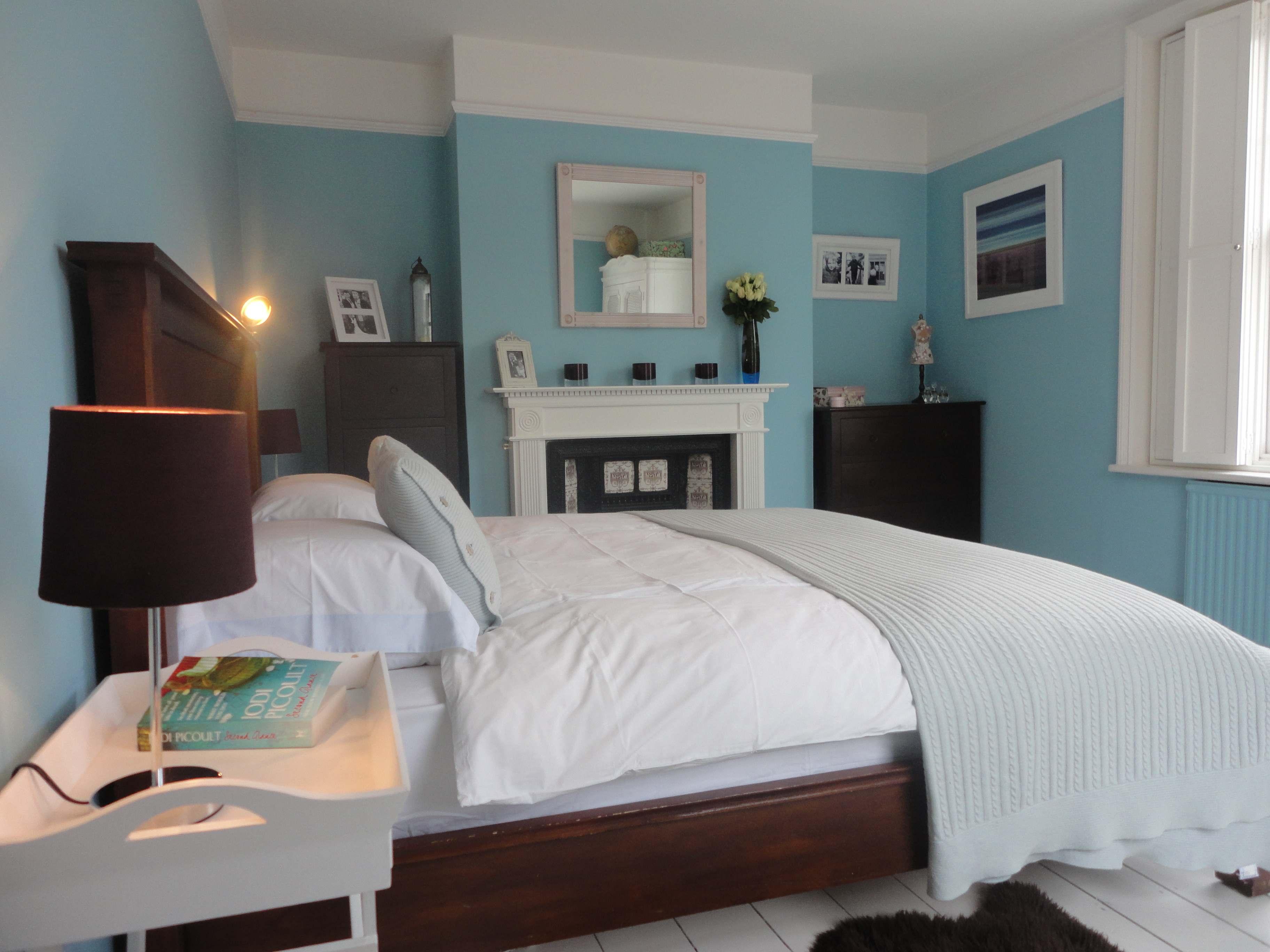 View In Gallery Hiasan Dalaman Bilik Tidur Menggunakan Powdery Blue Sebagai Warna Tema