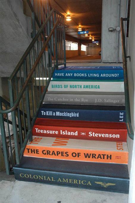 Hiasan tangga dengan lukisan buku