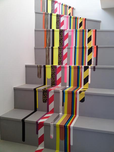 Hiasan tangga kreatif dengan guna puta pelekat berwarna