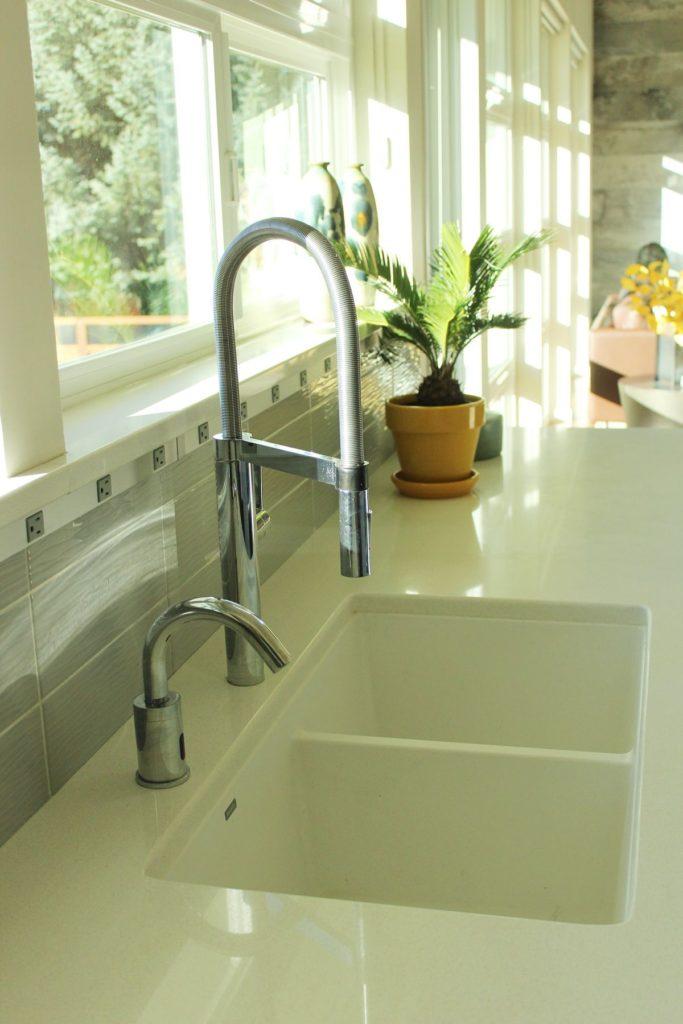 View In Gallery Cara Dekorasi Dapur Kontemporari Dengan Penggunaan Sinki Putih