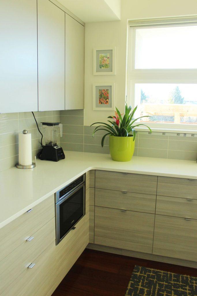 Cara hias dapur kontemporari dengan warna solid