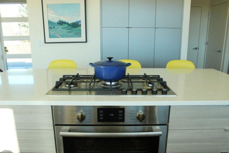 Dapur kontemporari dengan dihiasi periuk biru