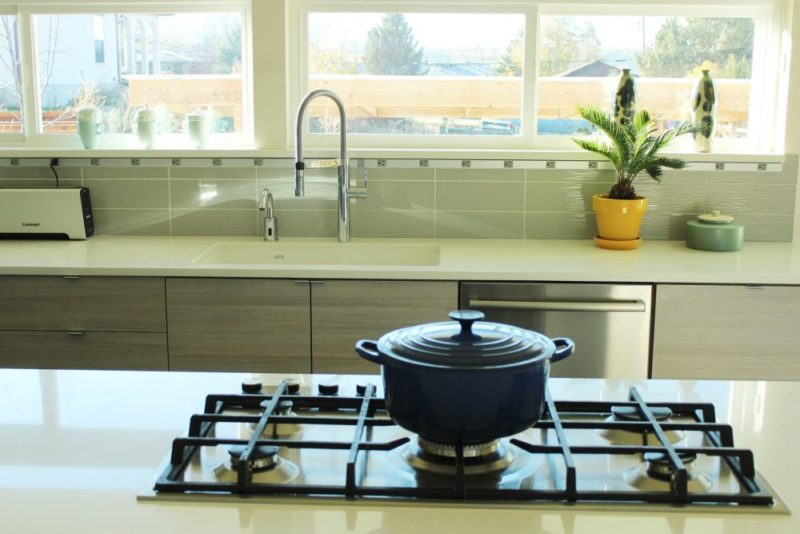 Dapur kontemporari dengan periuk biru