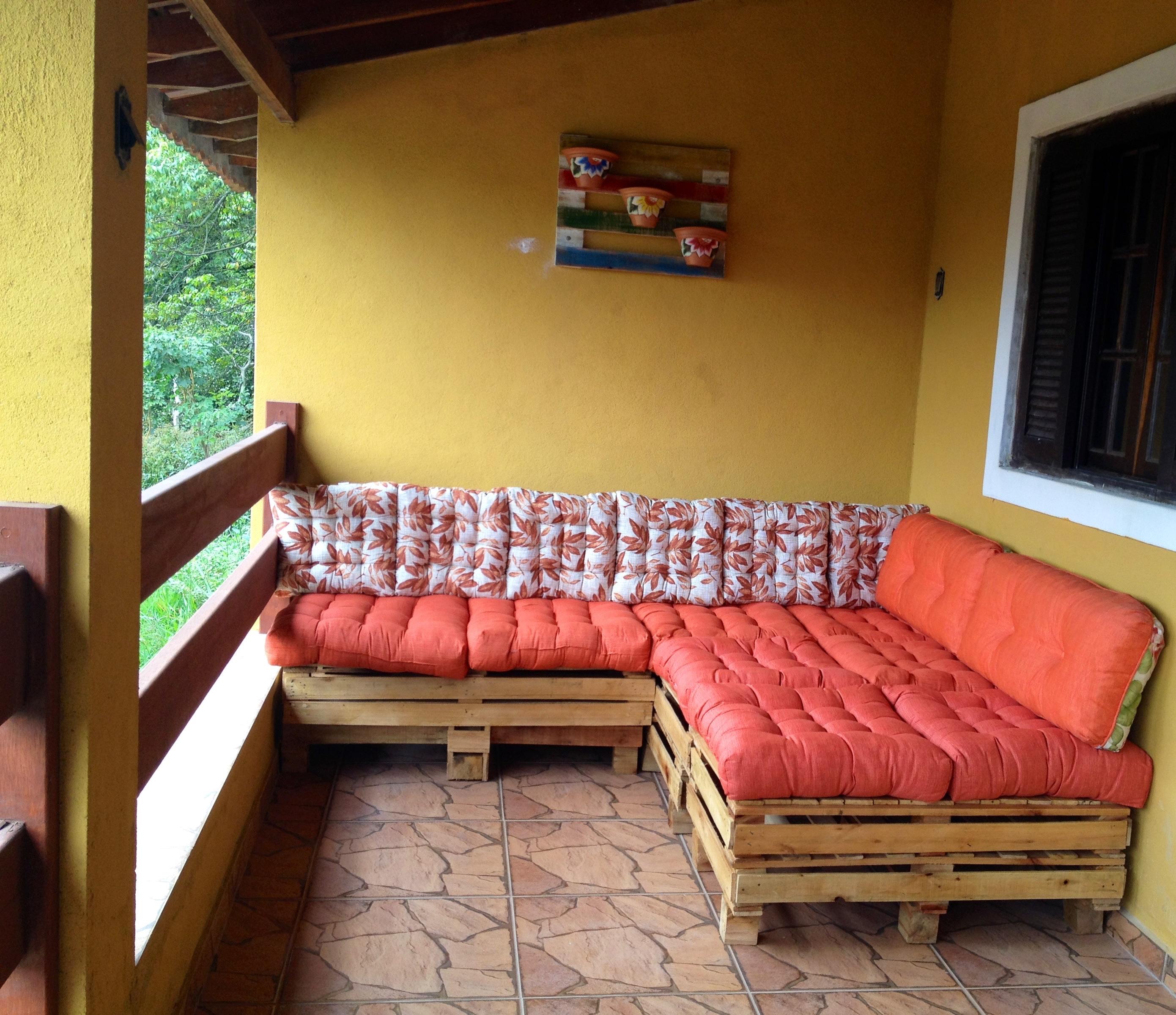 Diy sofa pallet ceria dengan kusyen merah