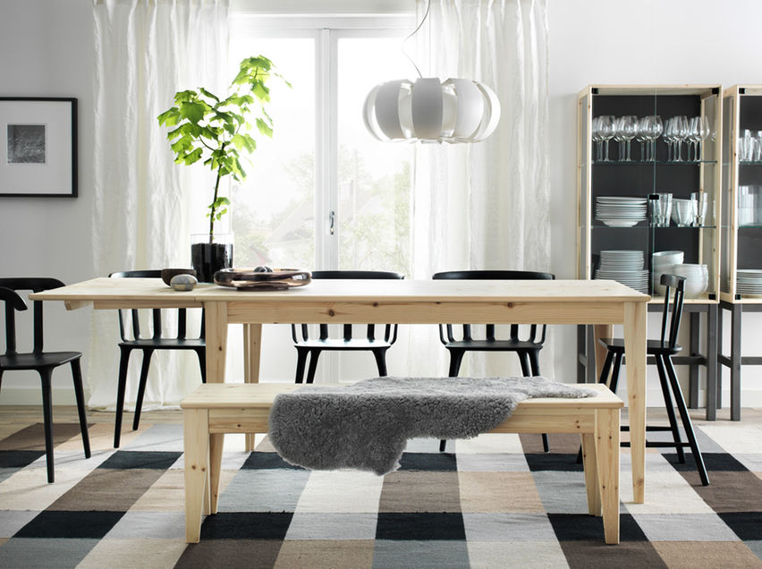 Gabungan Hitam Dan Meja Kayu Ruang Makan Yang Dihias Dengan Lampu Meja Makan Putih