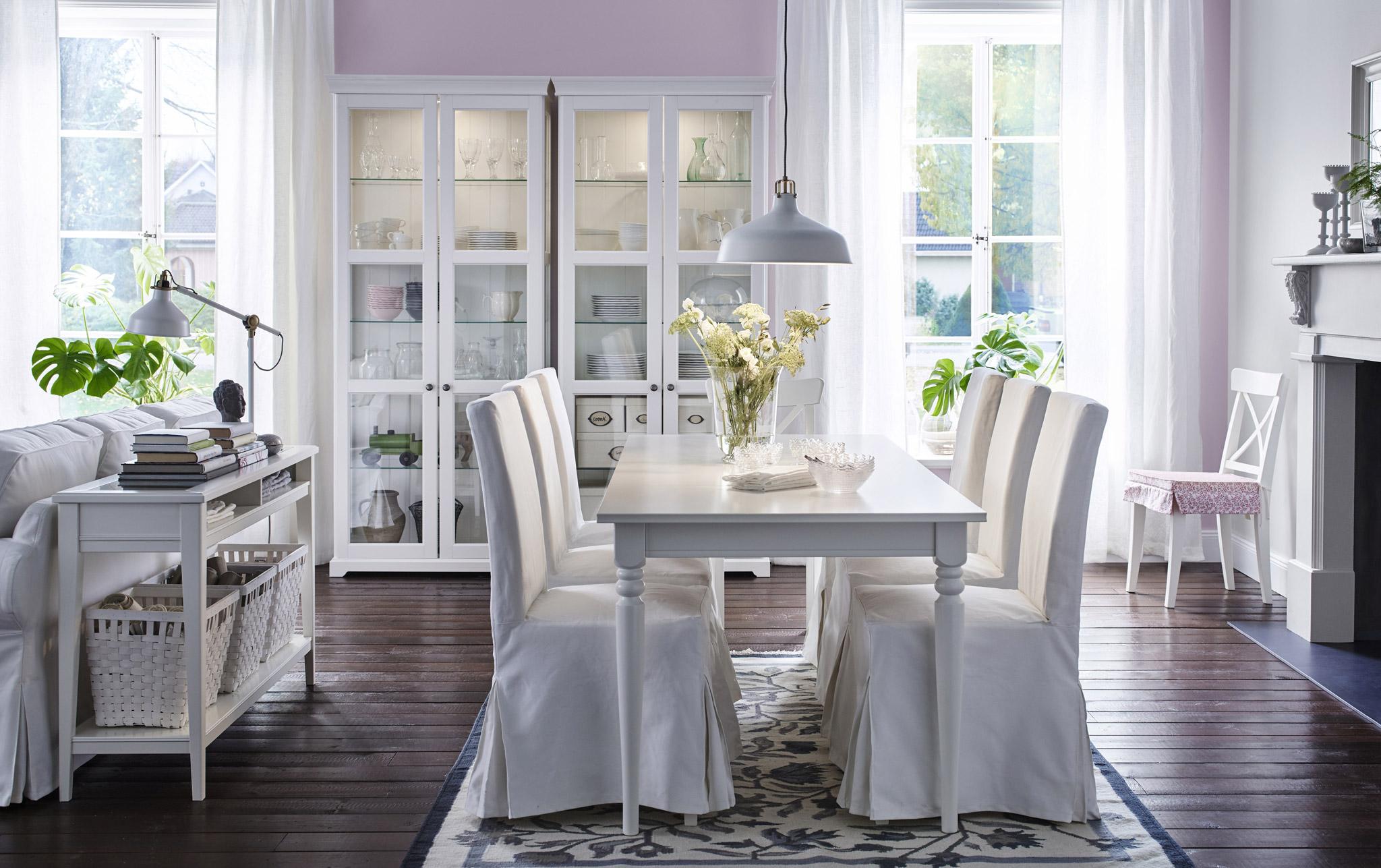 Gabungan Set Meja Makan Dan Lampu Putih Dan Mewah Yang Lengkap Untuk Keluarga