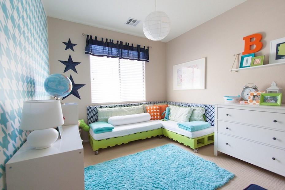 Hiasan bilik kanak-kanak dengan perabot sofa pallet