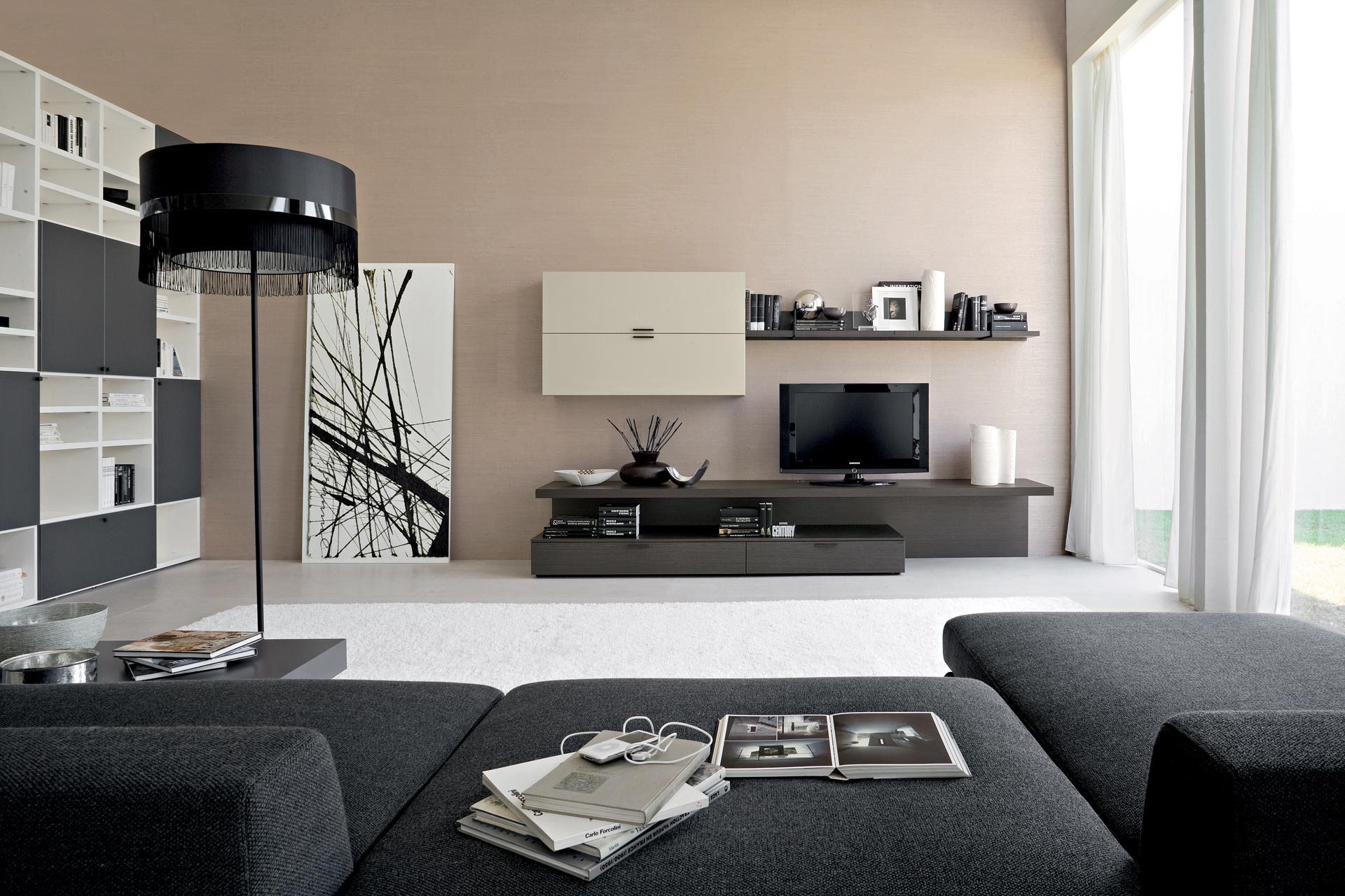 View In Gallery Hiasan Dalaman Ruang Tamu Dengan Konsep Hitam Dan Putih Perabot A Moden Kontemporari