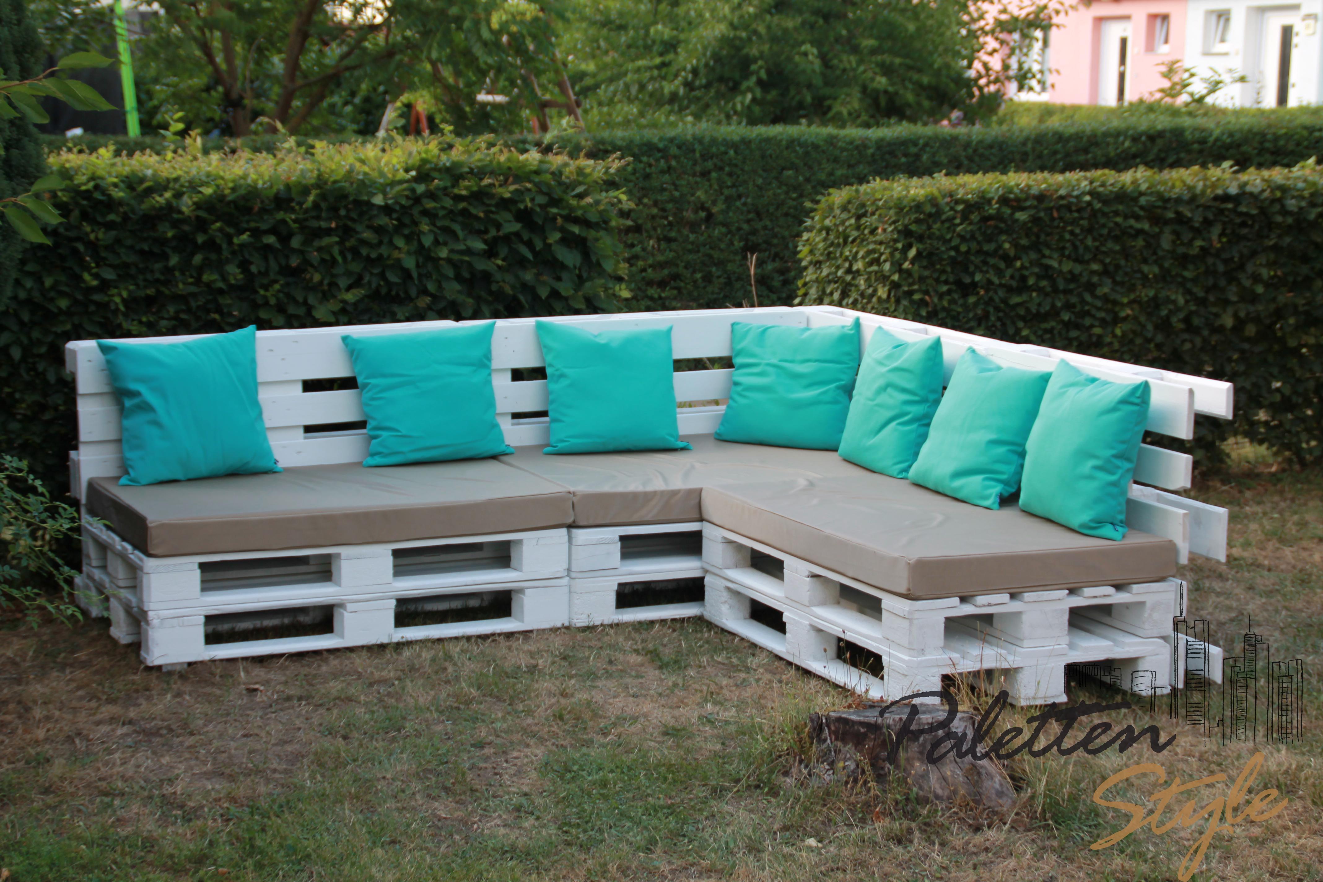 Idea diy perabot pallet untuk laman rumah dengan sofa pallet putih siap kusyen