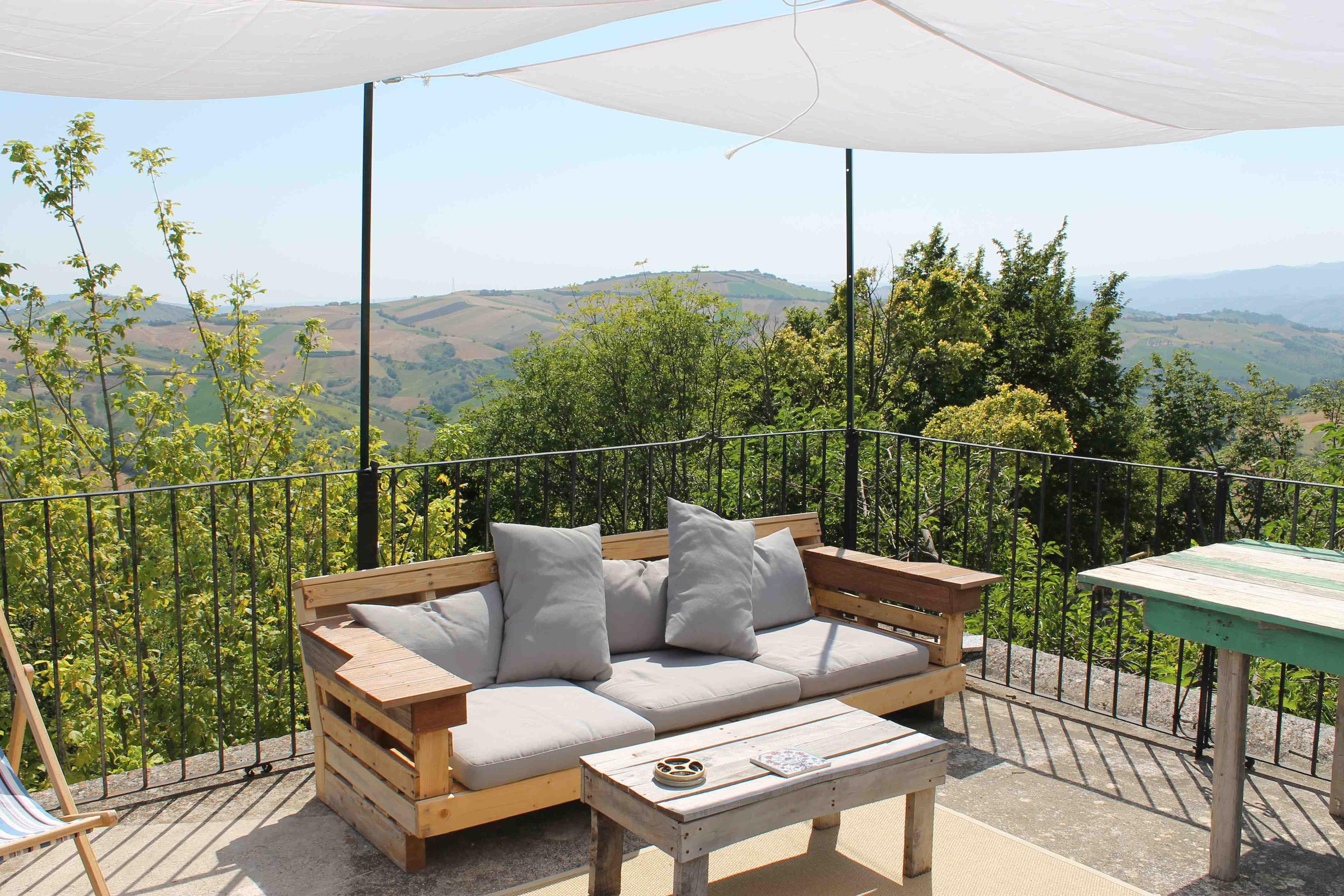 Idea diy sofa pallet untuk perabot balkoni rumah