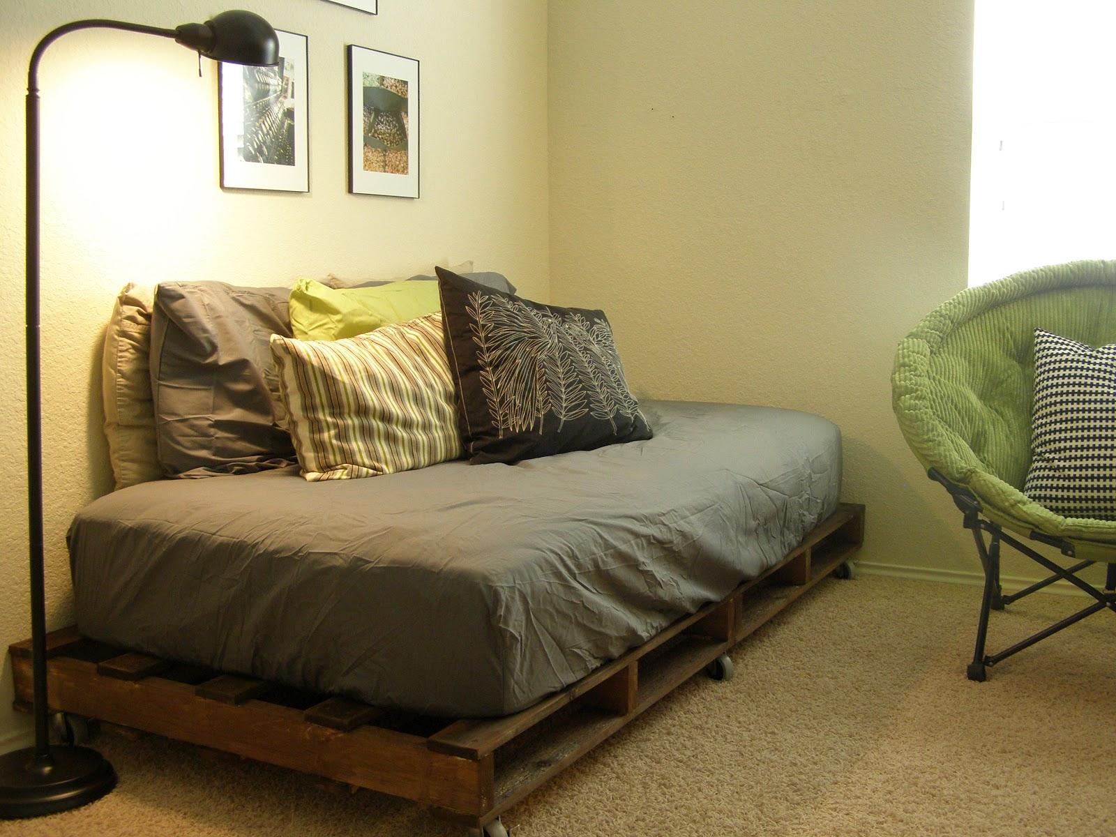Idea kreatif menggunakan pallet untuk hasilkan sofa dilenkapi kusyen kelabu