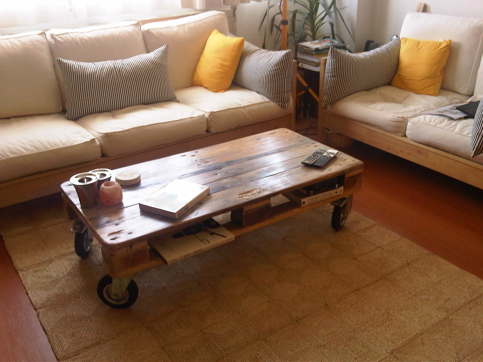 Idea meja kopi sebagai perabot bilik tidur pallet