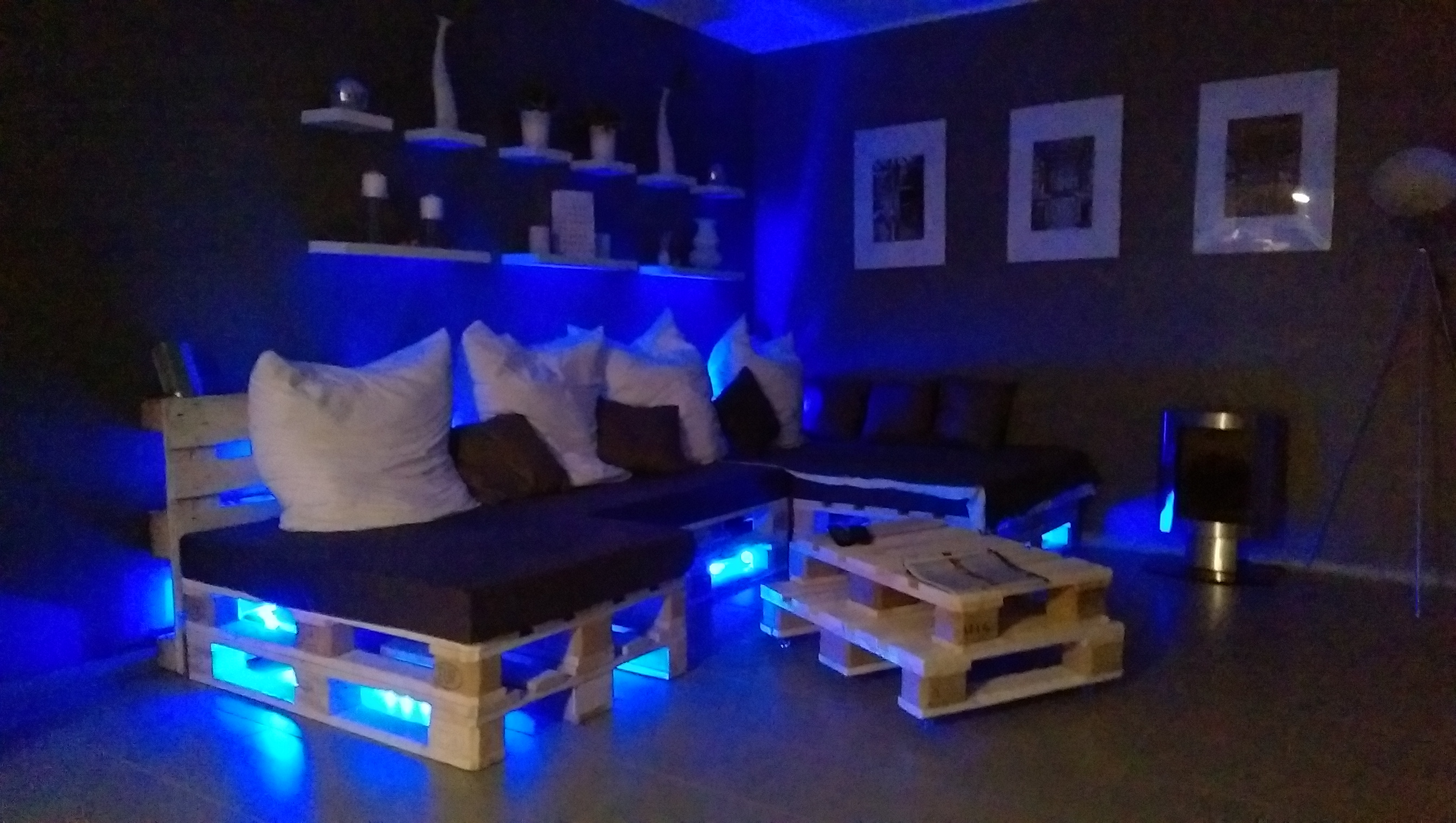 Lampu biru menghiasi perabot diy sofa pallet putih dan kusyen hitam
