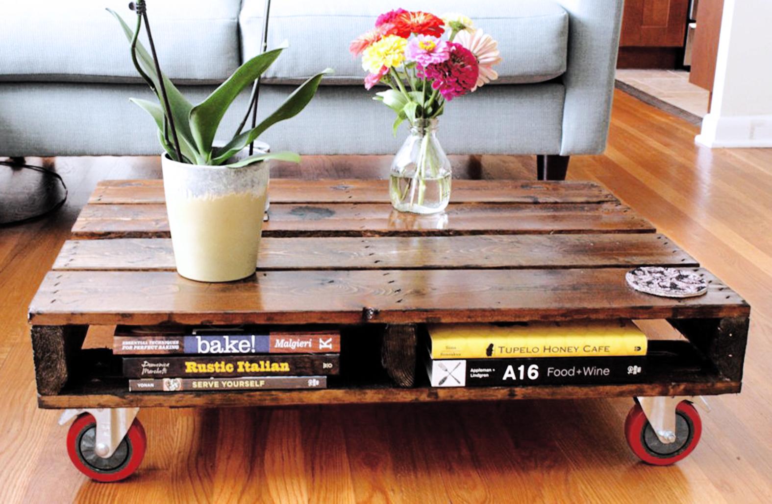 Meja kopi dari pallet dengan roda dan tempat rak buku