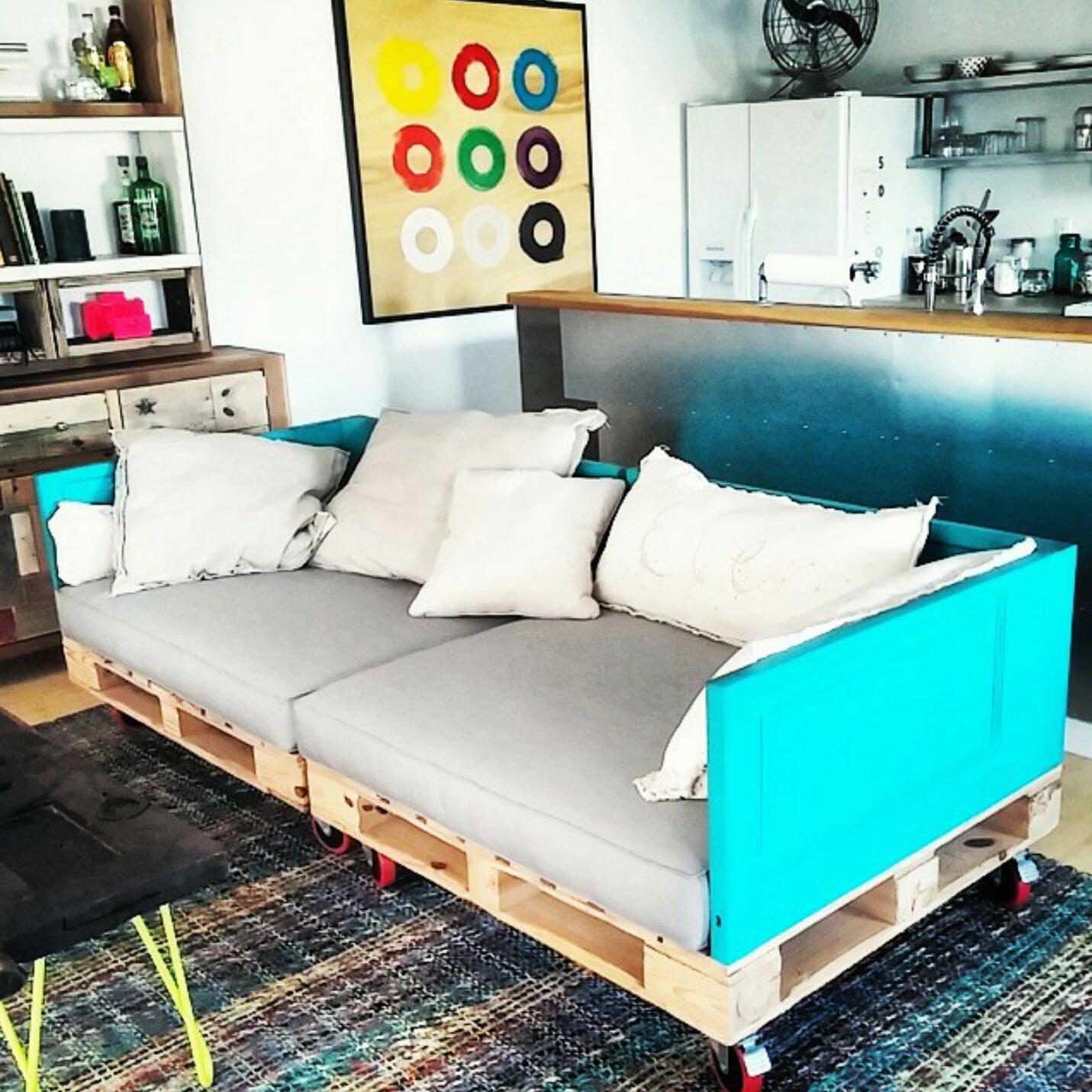 View In Gallery Pallet Kitar Semula Untuk Dijadikan Diy Sofa Dengan Kusyen