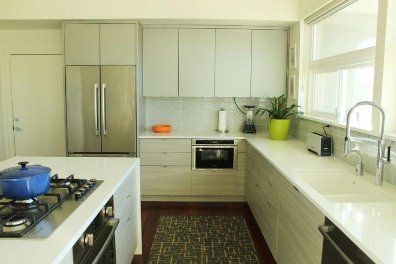 Pandangan keseluruhan kabinet dapur dan countertop