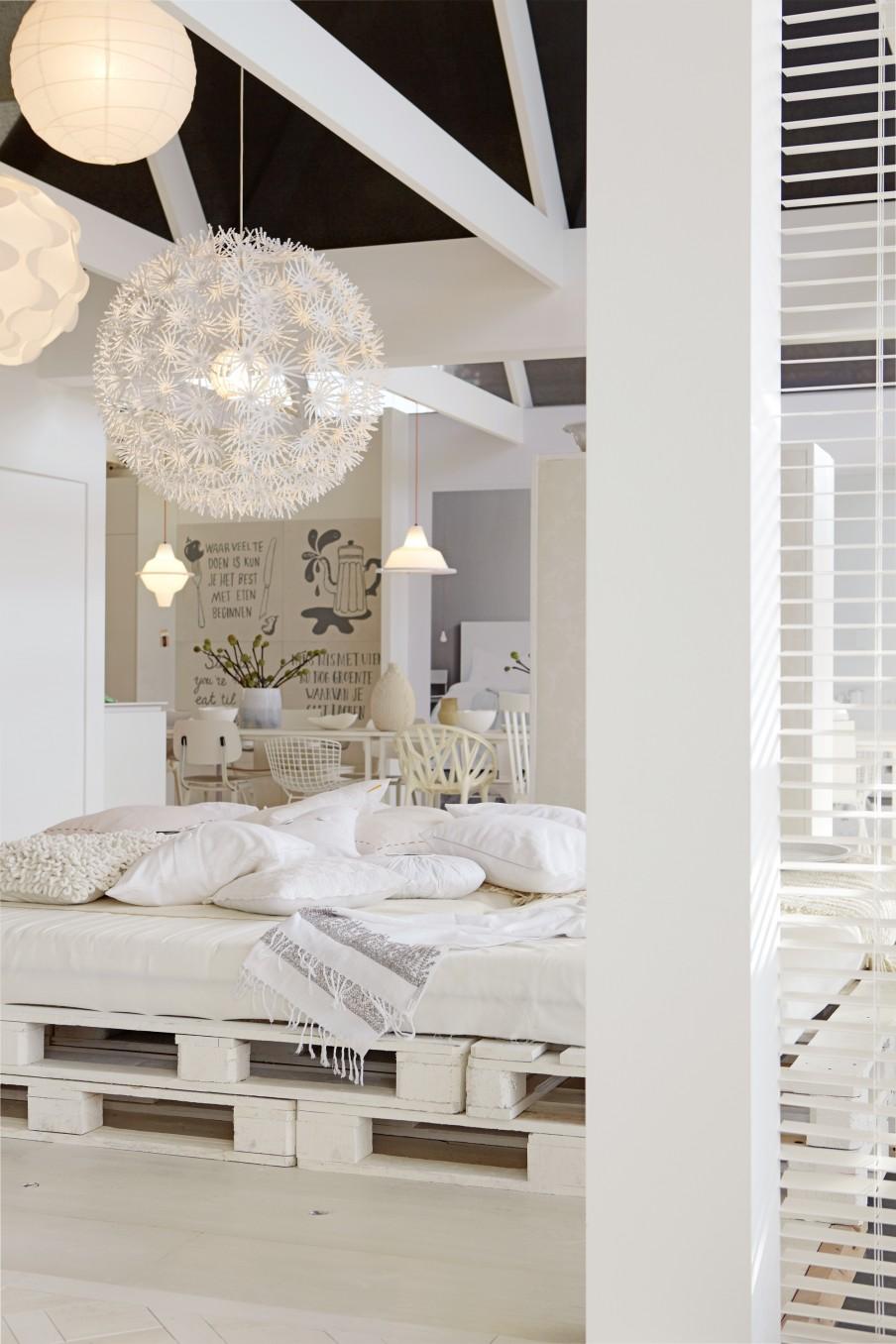 Perabot pallet yang di cat putih nampak lebih mewah dan bergaya